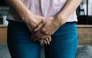 выделяется моча после мочеиспускания у женщин