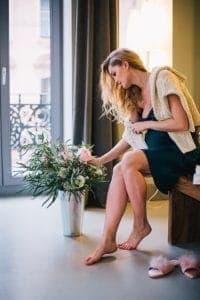 белые выделения у женщин без запаха перед месячными что это значит